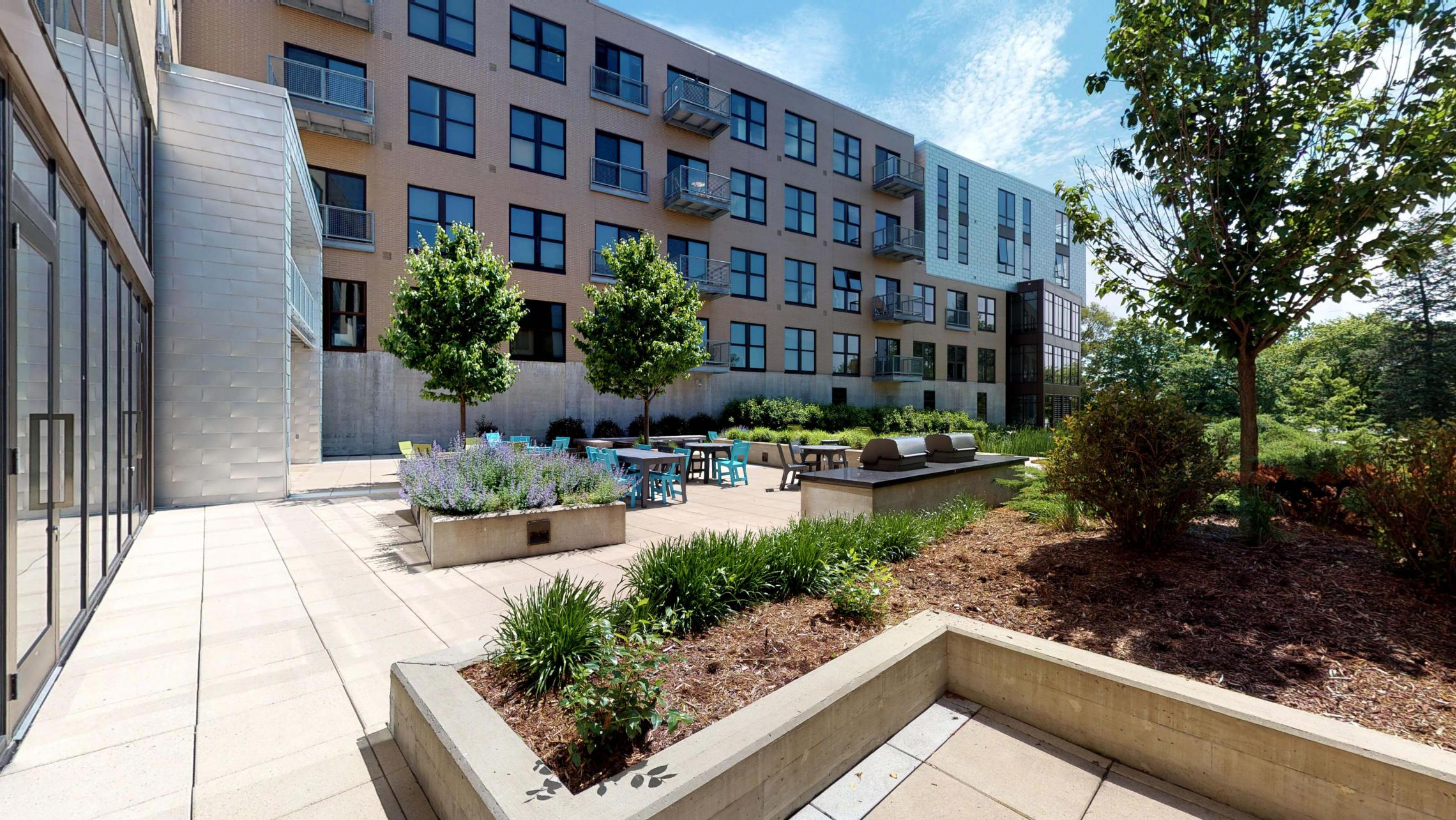 SEVEN27-115-Apartment-Patio-Courtyard_modern-upscale-downtown-lakeview-madison-city.jpg